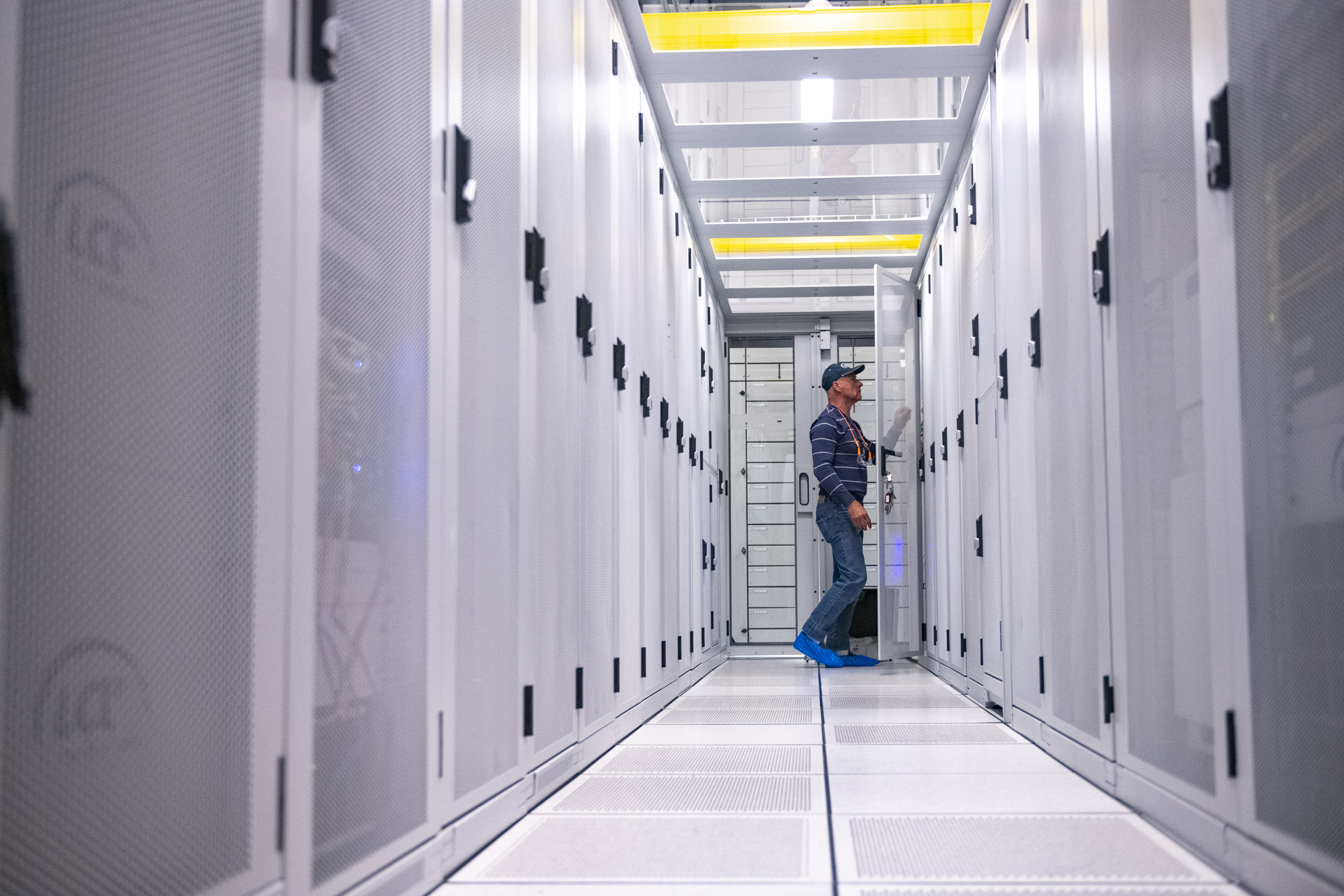 homme travaille a lcl data center